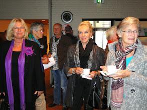 Photo: mw. Jalink en de twee dames zijn dochters van Cor Blom. Achter: Nel van der Linden en Gijs van Zomeren.