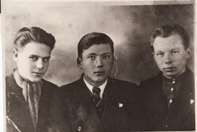 Комсомольцы, д. Втроя 1940 г.Слева направо: Виктор Суворов, Валентин Градов, Александр Шувалов(из собрания Нарвского городского музея)