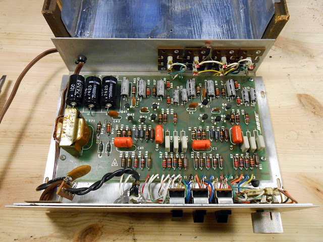 bose 901 series ii equalizer 96399 repaired retrovoltage some differences should be immediately obvious one of the 100 uf capacitors has been replaced a 500 uf capacitor there are two fewer signal