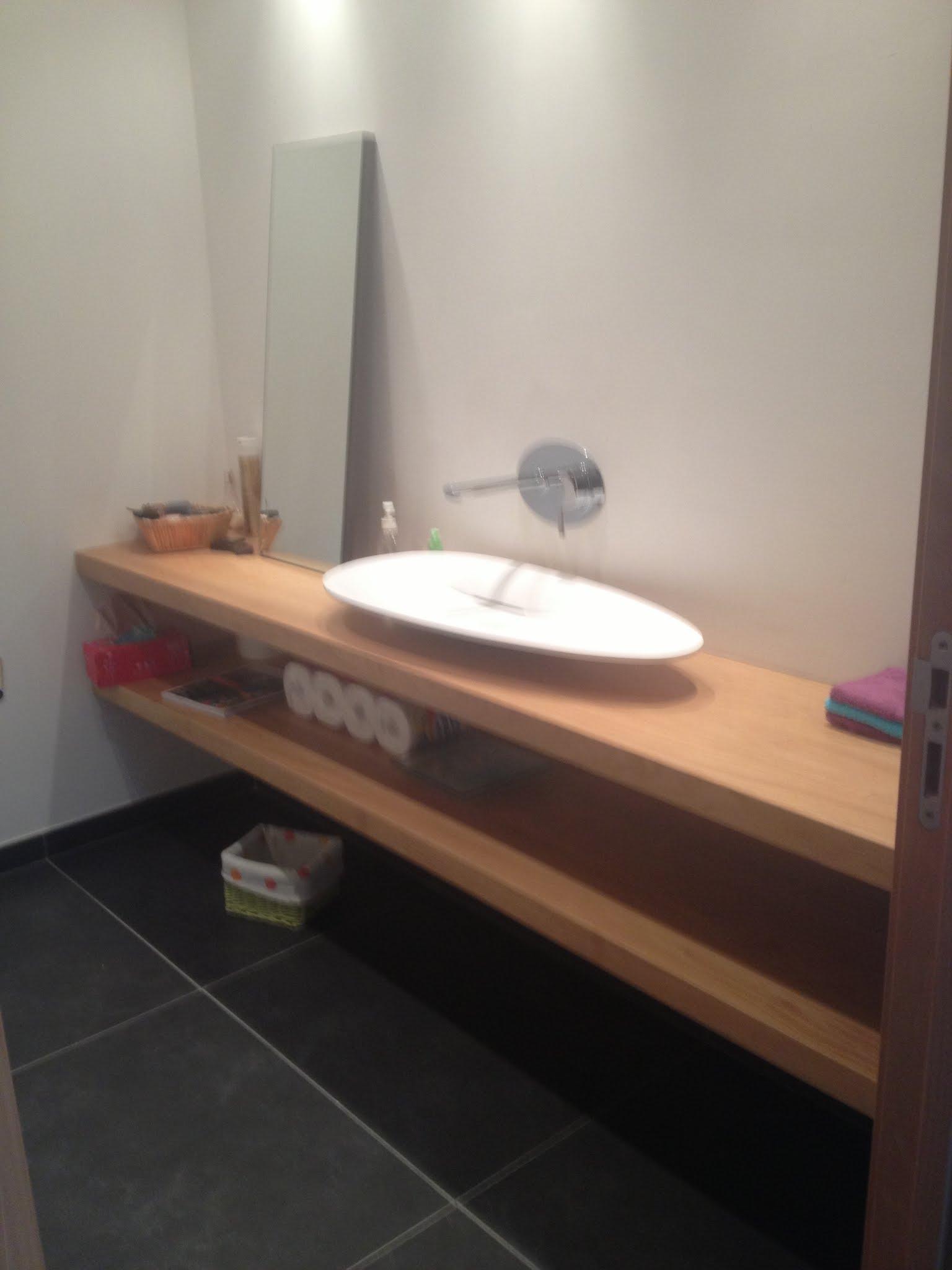 r alisation d 39 une salle de bain carrelage aspect pierre vasque poser solid surface blanc mat. Black Bedroom Furniture Sets. Home Design Ideas