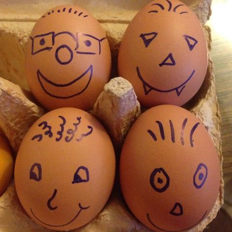 Mit Gesichtern bemalte Eier