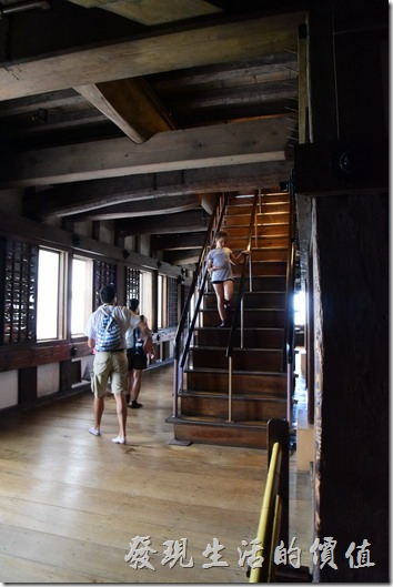 姬路城內的層層間的樓梯非常的陡峭,上下樓梯的時候需小心,其實這也是所有日本大城池的特色之一,目的應該是提高空間的利用率。