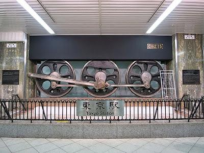 東京駅の汽車の車輪のオブジェ