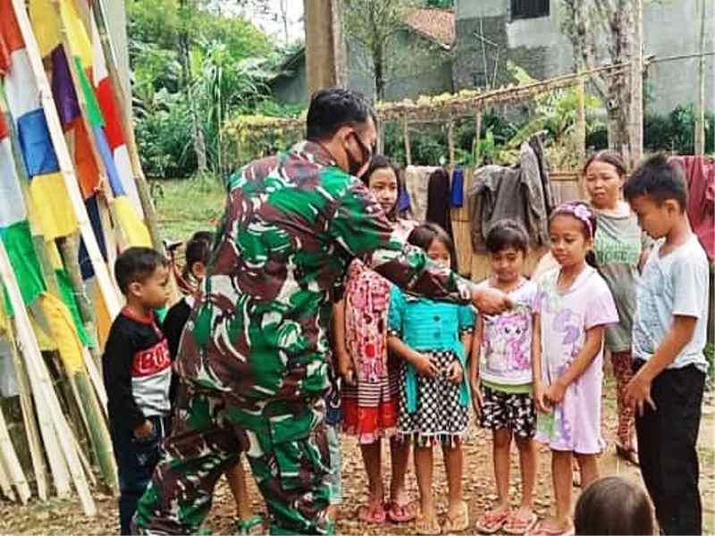 Babinsa Plompong Sirampog Motivasi Anak-anak Pasang Bendera dan Umbul Umbul Dalam Meriahkan Hari Kemerdekaan RI Ke 76.