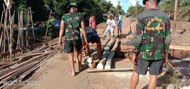 Pembangunan Jembatan Darurat Oleh Satgas TMMD Kodim 1207/Pontianak Di Desa Sungai Tempayan