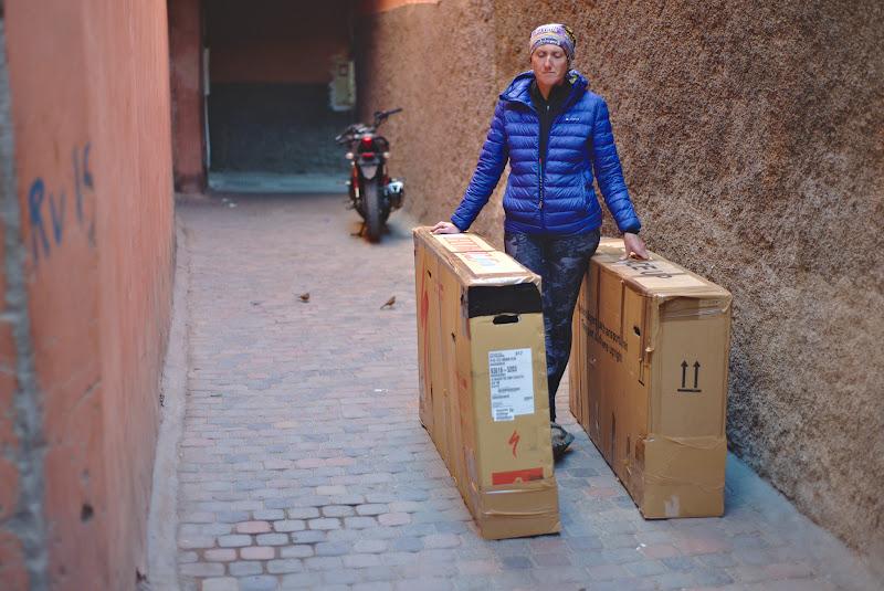 Final de poveste, cu bicicletele impachetate in cutii, pe strazile medinei din Marrakech. Vom reveni cu siguranta in anii urmatori in Maroc, idei sunt multe, la fel ca si locuri ramase neexplorate.