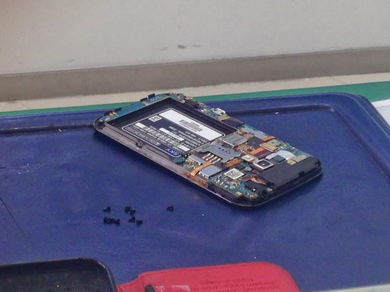 팬택 스카이 베가폰에 물이 들어가 침수로 고장난 스마트폰