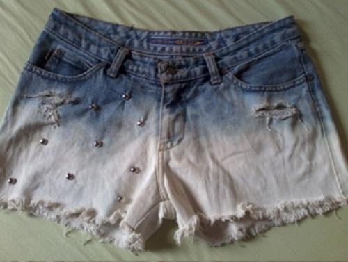 Customização de short jeans descolorido com tachinhas