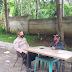 Obrolan santai dengan warga binaannya  Bhabinkamtibmas Andir Polsek baleendah himbau protokol kesehatan 4 M