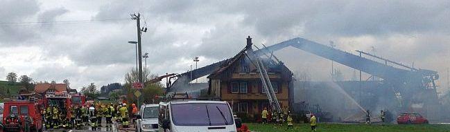 Mamihaus:  Feuerwehr bei den Ruinen einer ausgebrannten Paintball-Halle