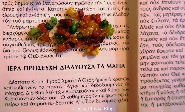 modlitwa egzorcyzm w języku greckim, kolorowe kryształki kadzidła