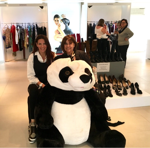 1bce99b601b Marcia Boscardin  CASA HOPE faz BAZAR Beneficente com grifes de luxo.