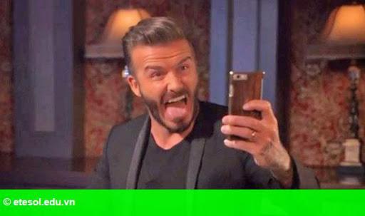 Hình 2:   Becks làm mặt xấu chụp ảnh selfie