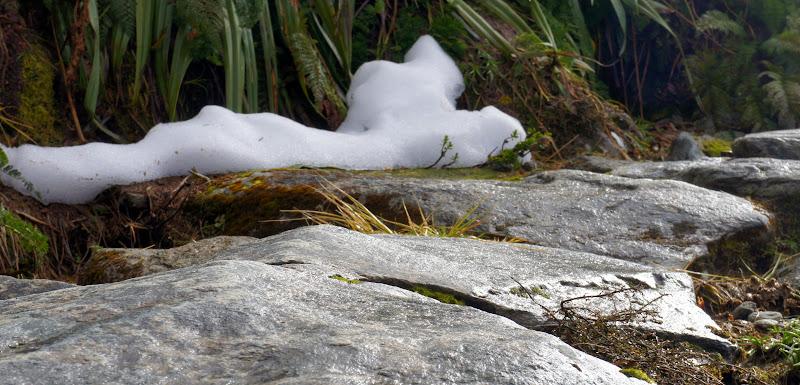 Schnee und steiniger Boden