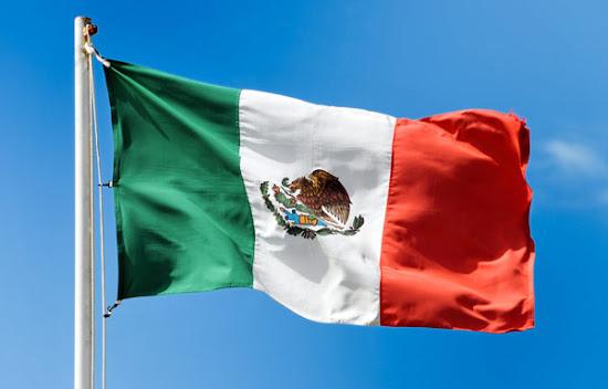 Bandera de México ondeando 2