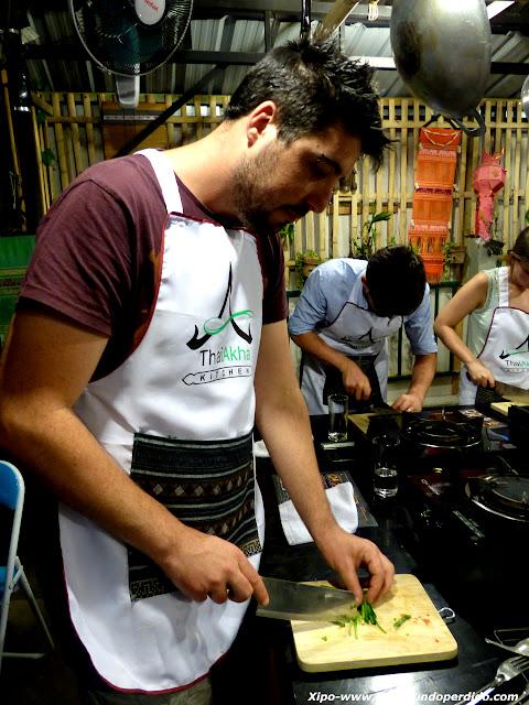 cortando-cilantro-cocina-tailandesa.JPG