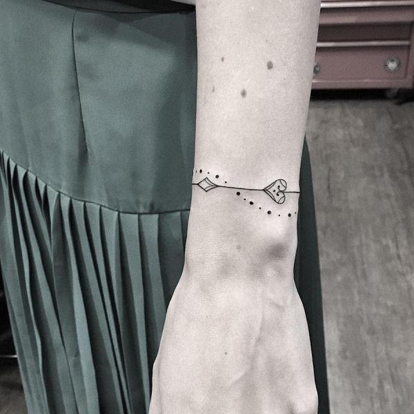 esta_delicada_pulseira_de_tatuagem