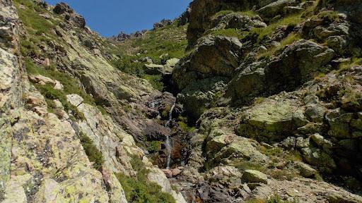 Arrivée à la Lonca : la mini-cascade essouflée !