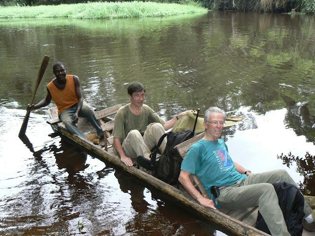 Sur la Soo, affluent de la Nyong, avec le piroguier Serge. Ebogo (Cameroun), 27 avril 2013. Photo : C. Renoton