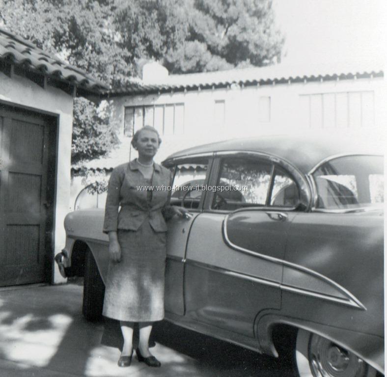 [Loraine+behind+Fresno+house+10_9_1955%5B7%5D]