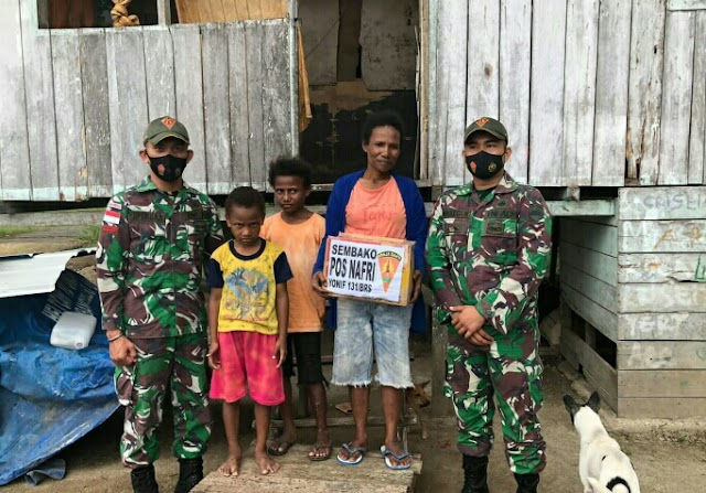 Berbagi Kasih, Satgas 131/Brs Bagikan Sembako Kepada Masyarakat Kampung Nafri Di Papua