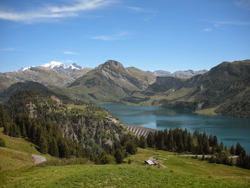 Vue sur le lac de Roselend et le Mont Blanc