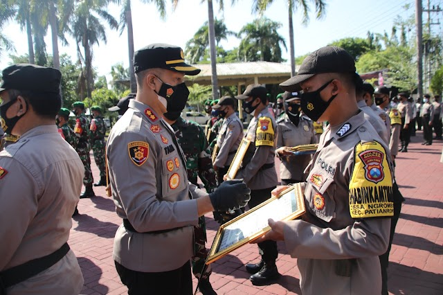 Berhasil stabilkan situasi kamtibmas dan membuka lapangan kerja di masa pandemi ,31 anggota Polres Nganjuk dan 10 anggota Kodim 0810 diganjar penghargaan oleh Kapolres