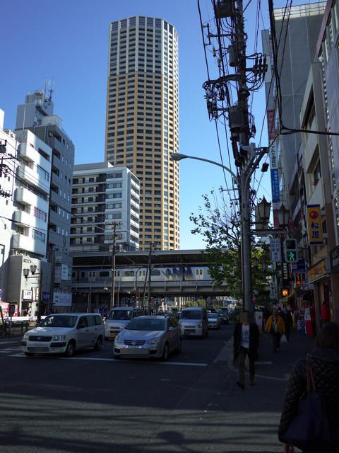 山手通から見た中目黒駅とアトラスタワー