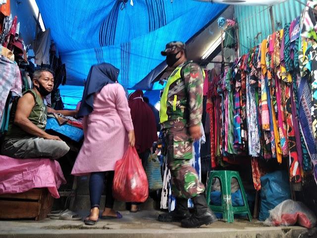 Koptu Abdullah Sani Tinjau Penerapan Prokes di Pasar Tradisional Kelurahan Minas Jaya