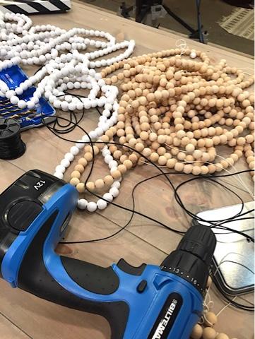 Vikskärm x 2. Först pärlor i mönster, sedan trikågarn. VM ihastighetsvävning!