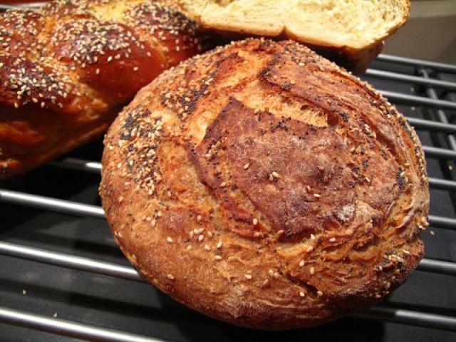 Chleb orkiszowy z makiem i sezamem