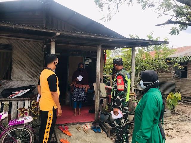 Serda Sarju Melaksanakan Kegiatan Komsos Serta Bagi Masker di Kampung Tualang