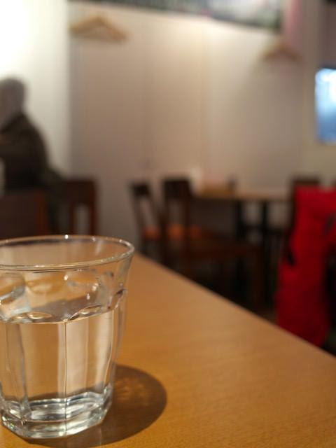 洋食富士屋本店の店内とお冷
