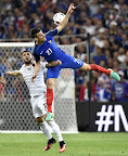 Az albán Armando Sadiku (b) és a francia Laurent Koscielny (j) a franciaországi labdarúgó Európa-bajnokság Franciaország - Albánia mérkőzésen, Marseille, 2016. június 15-én. Franciaország-Albánia 2-0. (MTI Fotó: Illyés Tibor)
