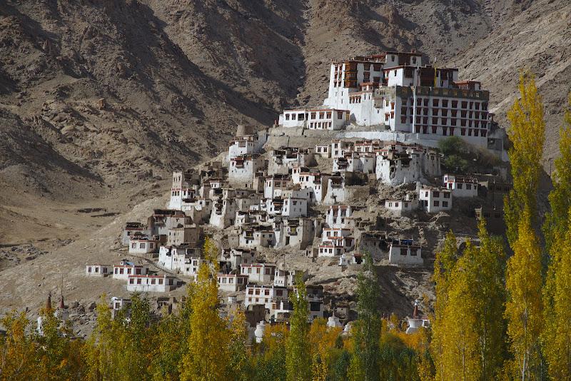 Manastirea Chemrey, in stilul manastirilor cocotate pe un deal.