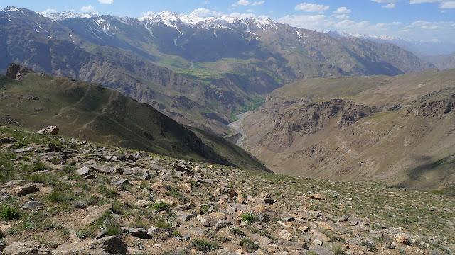 À 3350 m au-dessus de Kuh-I-Lal, 3350 m (Sud de Khorog), Pamir de l'ouest, 16 juillet 2009, Tadjikistan. Sur l'autre rive de la Pianj : l'Afghanistan. Photo : J.-F. Charmeux