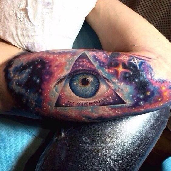 celeste_olho_braço_de_tatuagem