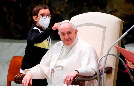 Niño de 10 años se acerca al papa Francisco y le pide su gorro