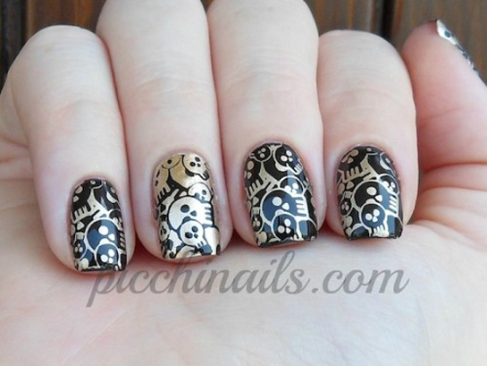 halloween-nail-art-design-black-with-gold-skulls