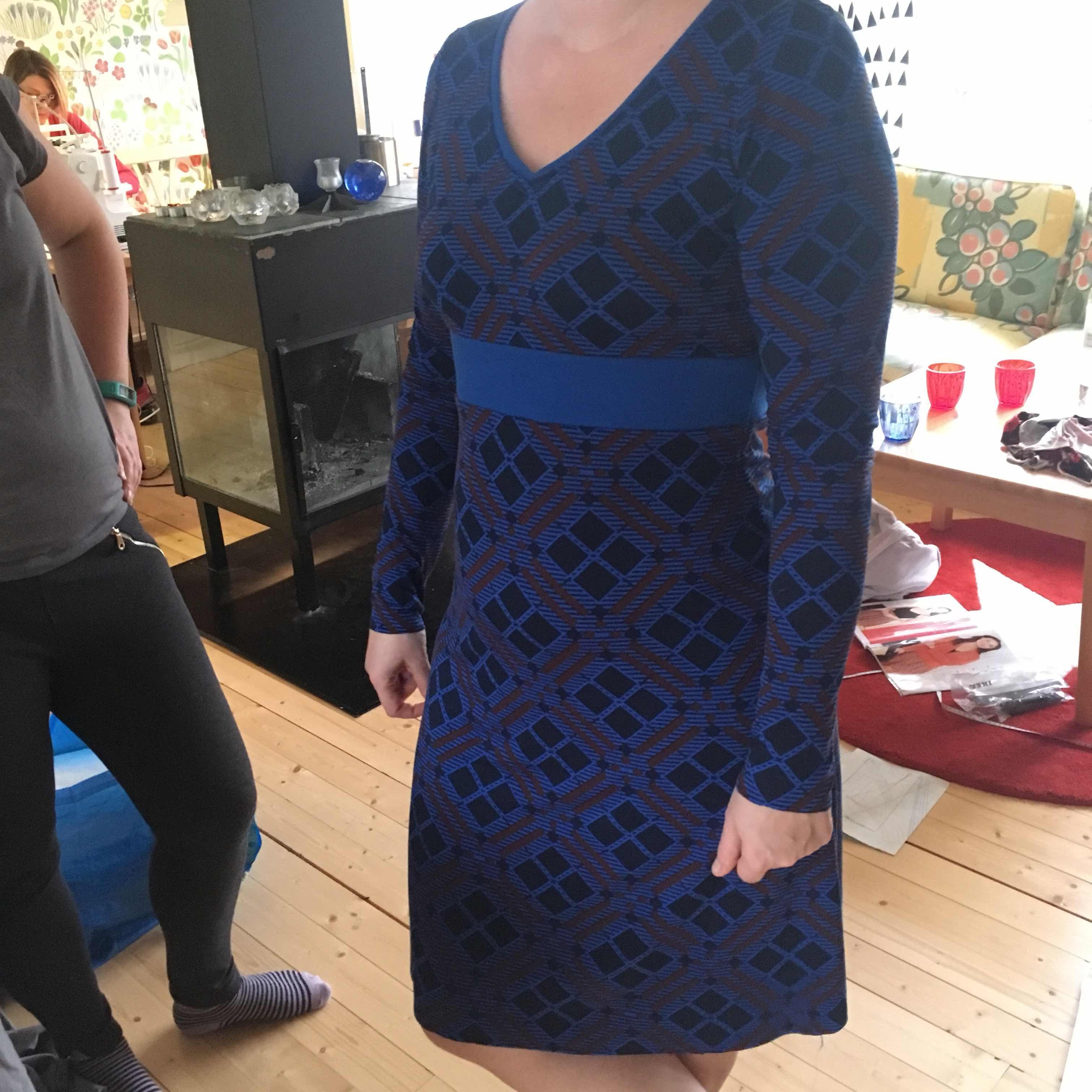 70e2e8c64161 Kul och nytt med denna klänningen är v-ringningen, samt lite annat sätt att  sy på mudden i halsen.