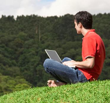 чувак с ноутбуком