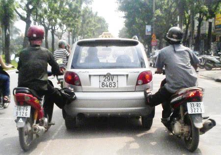 Xe máy tiếp sức cho ô tô.