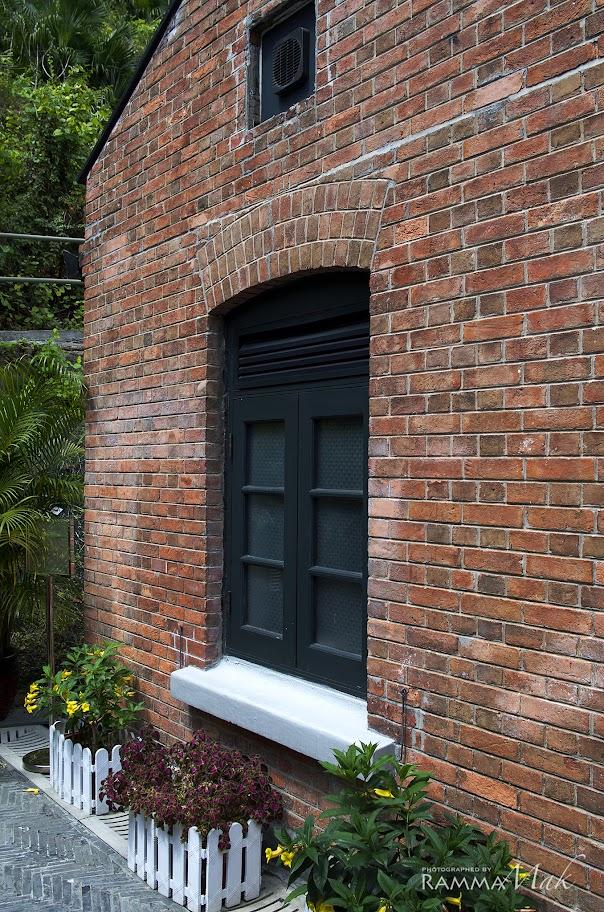 特色的紅磚牆與窗戶