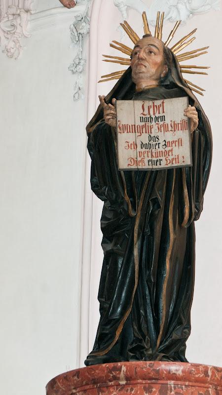 Statue des heiligen Fridolin im Fridolinsmünster Bad Säckingen