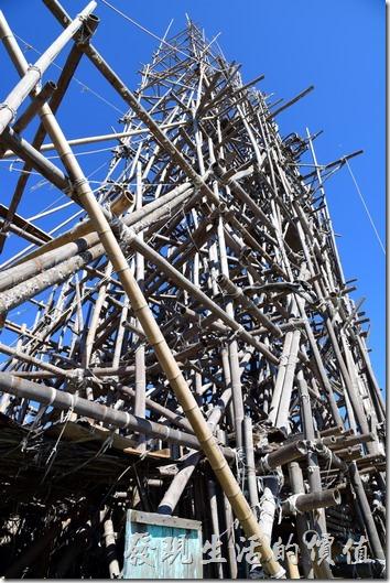 台南安平-漁光島。走近這高聳的帆船型竹子建築物可以發現它的基座使用部份漂流木,大部分使用竹子構成,使用童軍繩來固定竹子,相信在經過一段時間後就會自然風化土崩瓦解。