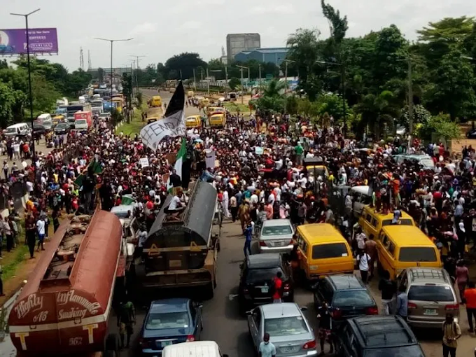 Gridlock As #EndSARS Protesters Block Lagos-Abeokuta Expressway