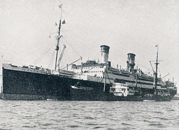 El TIFLIS en el puerto de Barcelona dando consumo a un gran trasatlántico italiano. Del libro CAMPSA 1928-1932.jpg