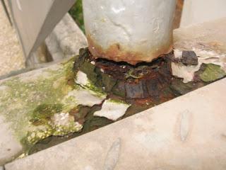 Corrosão dos suportes da estrutura metálica da ponte