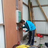 Rick bezig met de electra in de nieuwe nissenhut