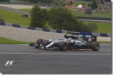 Il contatto tra Nico Rosberg e Lewis Hamilton